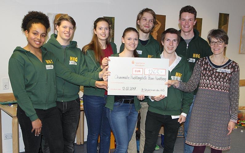 IB-Schüler des HHG übergeben Spende an die Ökumenische Flüchtlingshilfe Hardtberg